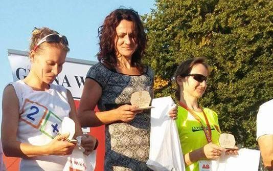 Podium biegaczki Feniksa w II Wieluńskim Biegu Pojednania i Pokoju