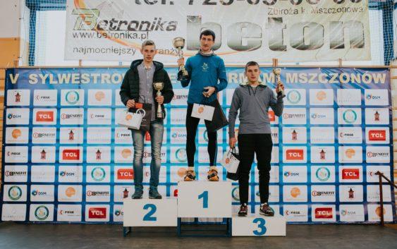 Szymon Wiktorowicz na podium Biegu Sylwestrowego z Termami